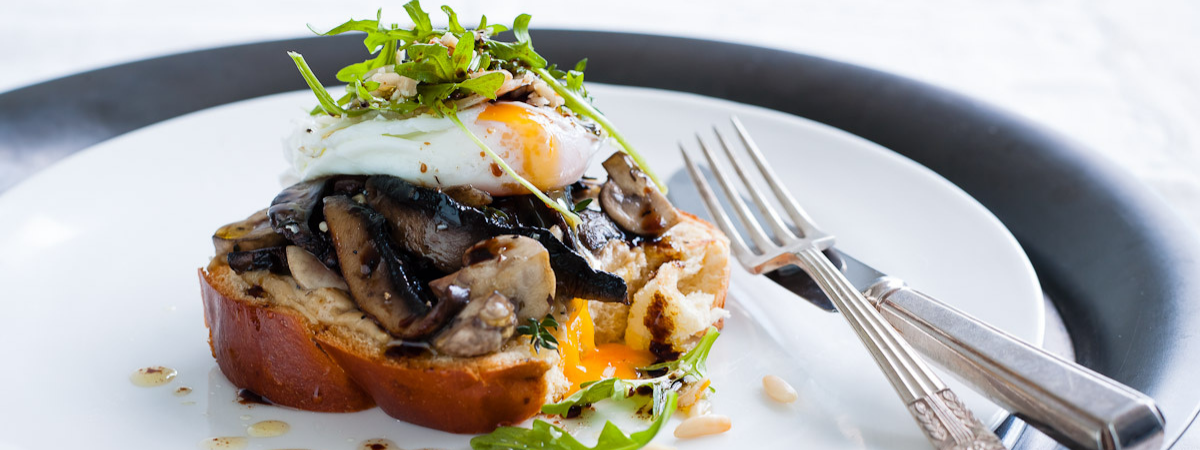 Sautéed mushrooms with poached egg, rocket and brioche